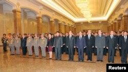 북한 김정은 국방위원회 제1위원장과 부인 리설주가 1일 금수산태양궁전 참배를 했다고 조선중앙통신이 이날 보도했다.