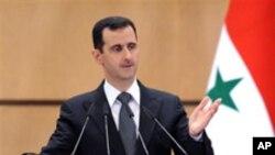 Le président syrien Bashar Al-Assad avec le drapeau syrien.