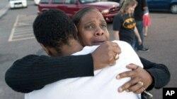 Shameca Davis abraza a su hijo Isaiah Bow, quien fue testigo del tiroteo.
