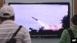 Warga Seoul, Korea Selatan menonton di layar TV berita mengenai ujicoba misil Korea Utara (foto: dok).