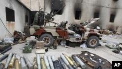 ລູກກະສຸນຊະນິດຕ່າງໆ ຢູ່ຕຶກສຳນັກງານ ຮັກສາຄວາມປອດໄພຂອງລີເບຍ ທີ່ພວກປະທ້ວງ ຕໍ່ຕ້ານລັດຖະບານ ເຂົ້າຢຶດຢູ່ເມືອງ Benghazi (23 ກຸມພາ 2011)