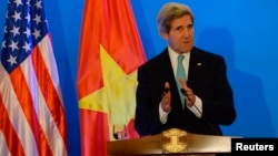 Menlu AS John Kerry saat memberikan penjelasan kepada media dalam konferensi pers di Hanoi, Senin (16/12).