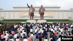 9일 조선민주주의인민공화국창건 68돌을 맞아 북한 인민군 장병들과 근로자, 학생들이 평양 만수대 김일성·김정일 동상에 헌화했다고 조선중앙통신이 보도했다.