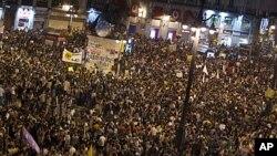 Ribuan warga Spanyol berkumpul di lapangan Puerta del Sol di ibukota Madrid memprotes langkah penghematan pemerintah (12/5).