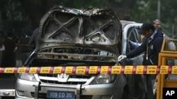 2月13日印度新德里发生爆炸案后,警方在检查以色列驻印度使馆的一辆被炸毁车辆