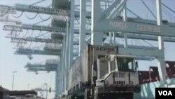 洛杉磯港忙碌的碼頭貨運 (美國之音國符拍攝)