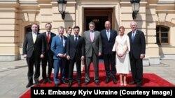 Делегація США із президентом України Володимиром Зеленським перед урочистою церемонією інавгурації