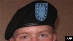 Binh nhất Bradley Manning bị cáo buộc cung cấp tài liệu mật và nhạy cảm cho trang web Wikileaks