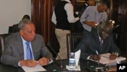 Armando da Cruz Neto, governador de Benguela (esq) e António Didalelwa, governador do Cunene (dir)