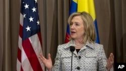 """""""Todas las personas tienen derecho a los mismos derechos humanos y las libertades fundamentales en línea como conexión, y todos los gobiernos deben proteger estos derechos sin importar el medio"""", señaló Clinton en un comunicado."""