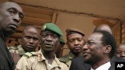 Le chef de la junte, Amadou Sanogo (au c.) avec le président intérimaire désigné, Dioncounda Traoré (à dr.), le 9 avril 2012