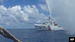 Tàu của cảnh sát biển Trung Quốc tiếp cận tàu ngư dân Philippines tại bãi cạn Scarborough ở Biển Đông.