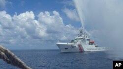 Foto bertanggal 23 September 2015 ini menunjukkan kapal penjaga pantai China, Chinese Coast Guard mendekati kapal nelayan Filipina di Laut China Selatan yang juga disebut dengan Laut Filipina Barat. (Foto: dok.)