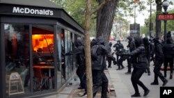 Un restaurante de McDonald's fue blanco de la violencia del 1 de mayo de 2018 en París.