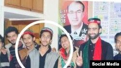 مقتول کی وہ تصاویر بھی سامنے آرہی ہیں جن میں وہ تحریک انصاف کی طلبہ تنظیم 'انصاف اسٹوڈنٹ فیڈریشن' کی ٹوپی پہن کر جلسوں میں شریک تھا۔