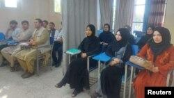 Salah satu universitas di Kabul, mahasiswi dipisahkan dari mahasiswa dengan tirai di tengah ruangan.