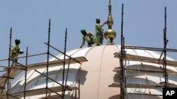 Salah satu masjid di Dubai, Uni Emirat Arab yang selesai dibangun tahun lalu dengan memanfaatkan tenaga surya (foto: dok). UEA menggalakkan investasi di bidang energi bersih.