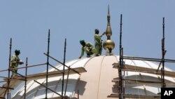 지난 3월 아랍에미레이트연합 두바이의 한 사원 건축 현장에서 노동자들이 일하고 있다. (자료사진)