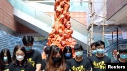 资料照:香港大学学生在校园内的国殇柱前为八九六四死难者默哀。(2020年6月4日)