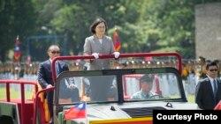 台灣總統蔡英文出席陸軍官校92周年校慶校閱列隊學員(台灣總統府)