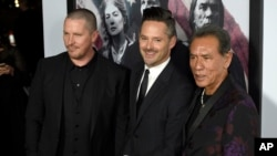"Christian Bale, izq., el director Scott Cooper y Wes Studi en la premiere of ""Hostiles"". Teatro Samuel Goldwyn. Beverly Hills, California, 14-12-17."