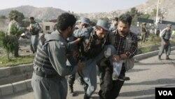 Las fuerzas de seguridad cargan una de las víctimas fatales del ataque contra el Centro Cultura británico en Kabul.