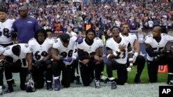 24일 미국 프로미식축구 잭슨빌 재규어스와 레이븐스의 경기에서 선수들이 최근 도널드 트럼프 대통령의 발언에 항의하는 의미로 미국 국가가 나오는 동안 무릎을 꿇고 있다.