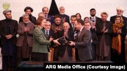 امروز افغانستان و بانک انکشاف آسیایی سه تفاهمنامه را به ارزش ۴۲۰ میلیون دالر امضا کردند