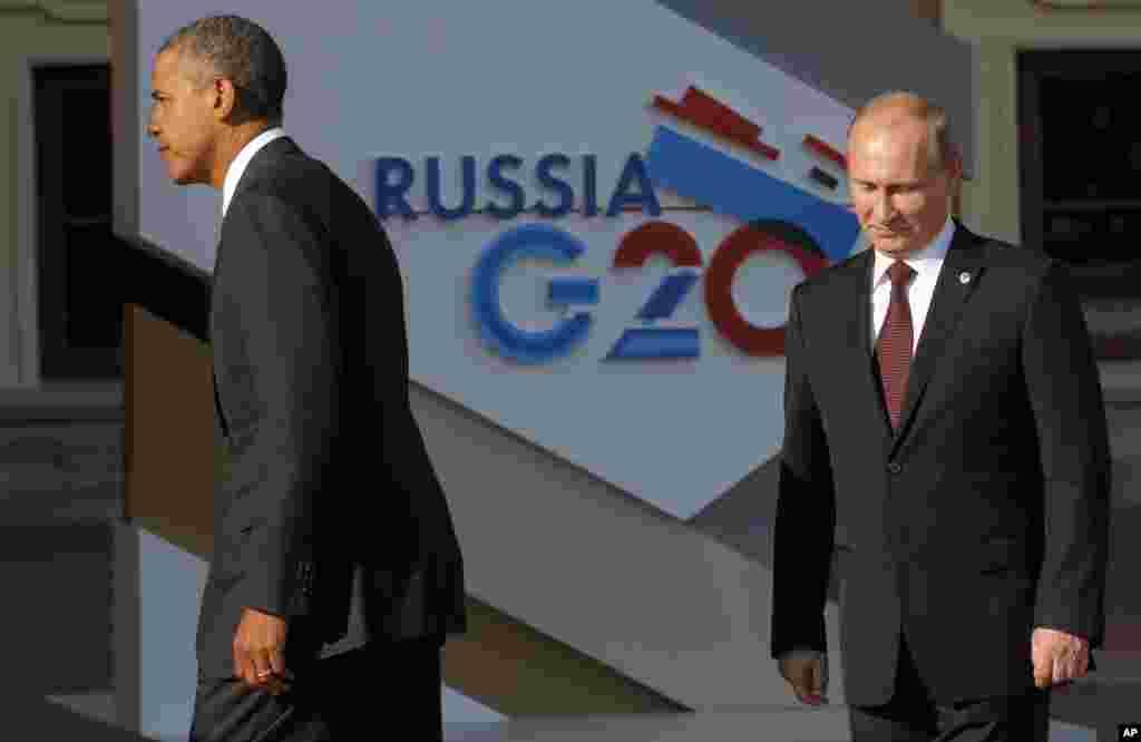 Tổng thống Hoa Kỳ Barack Obama rảo bước sau khi bắt tay Tổng thống Nga Vladimir Putin khi đến Dinh Konstantin ở St. Petersburg để dự Hội nghị thượng đỉnh G20.