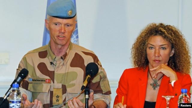 Thiếu tướng Na Uy Robert Mood trưởng phái bộ quan sát LHQ ở Syria, và bà Sawsan Ghoshe, phát ngôn viên của ông nói dự một cuộc họp báo ở Damascus, hôm 5/7/12