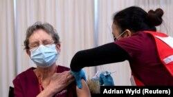 Seorang pekerja bereaksi saat divaksinasi dengan vaksin Covid-19 buatan Pfizer-BioNTech, di Civic Hospital, Ottawa, Ontario, Canada, 15 Desember 2020. (Foto: Reuters/Adrian Wyld).
