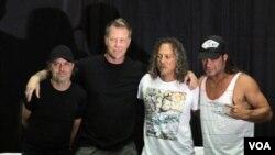 Dari kiri ke kanan, Lars Ulrich, James Hetfield, Kirk Hammet dan Robert Trujillo dari band Metallica pada konferensi pers di Jakarta (25/8). (VOA/Andylala Waluyo)