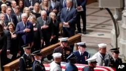 对参议员麦凯恩的隆重追悼会在华盛顿大教堂举行,麦凯恩参议员的灵柩抵达大教堂。前排左起:美国前第一夫人劳拉·布什,前总统比尔·克林顿,前国务卿希拉里·克林顿,前副总统迪克·切尼和他的妻子林恩,前副总统戈尔。