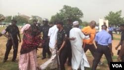 'Yan Sanda na takurawa masu zanga-zangar lumana a Abuja.