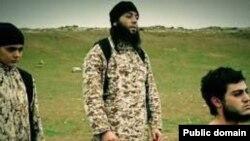 اعدام نوجوان داعشی به اتهام جاسوسی برای اسرائیل، به دست کودکی که او هم عضو داعش است