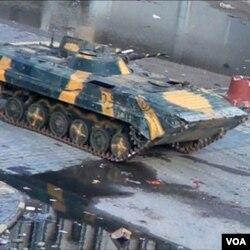 Sebuah tank memasuki kota Homs (26/12).