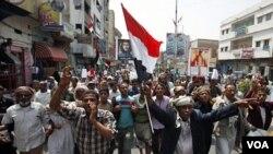 Demonstran anti-pemerintah di kota Taiz melakukan unjuk rasa menuntut mundurnya Presiden Saleh (4/7).