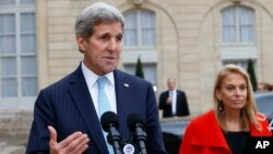 Menlu AS John Kerry (kiri) memberikan pernyataan kepada media di Paris, Selasa (17/11).