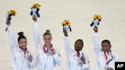 Manm ekip jimnastik Etazuni Sunisa Lee, Grace McCallum, Simone Biles ak Jordan Chiles nan Tokyo, 27 Jiye, 2021.
