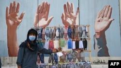 Bán khẩu trang trên đường phố Afghanistan.
