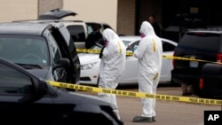 24일 미국 미시시피주에서 백악관 독극물 편지 용의자의 집을 조사 중인 수사 관계자들.