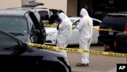 Agentes inspeccionan el vehículo de James Everett Dutschke, el nuevo sospechoso de haber enviado las cartas con ricina.