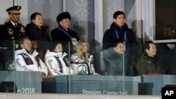 美国总统的女儿伊万卡与朝鲜劳动党副委员会长金英哲(后排左三)同在贵宾席观看冬奥会闭幕式