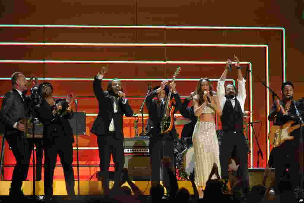 Sting, Ziggy Marley, Bruno Mars, Rhianna y Damian Marley durante su actuación en los Grammy.