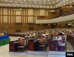 Hạ viện Myanmar nhóm họp ngày 10/3/2016 (S. Herman/VOA)
