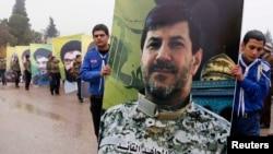 Các nam hướng đạo cầm hình chỉ huy Hezbollah Hassan al-Laqis trong tang lễ của ông tại thung lũng Bekaa, Li băng, ngày 4/12/2013.