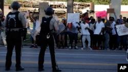 8月12日弗格森鎮警察和示威者對峙場面。