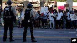 Người biểu tình la ó chống cảnh sát tại Ferguson, Missouri, ngày 12/8/2014.