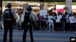2014年8月12日密苏里州弗格森示威者叫骂警察