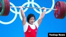 지난해 8월 런던올림픽 여자 역기 69kg급 경기에서 금메달을 딴 북한 림정심 선수. (자료사진)